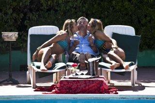 Gianni Di Gregorio tra le gemelle Squizzato in una immagine del film Gianni e le donne