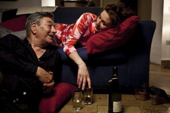 Gianni Di Gregorio in una scena del film Gianni e le donne con Valeria Cavalli