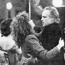 Maria Schneider e Marlon Brando nel cult Ultimo tango a Parigi di Berbardo Bertolucci