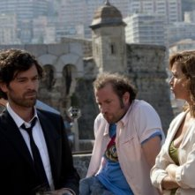 Romain Duris con Julie Ferrier e François Damiens in una scena del film Heartbreaker