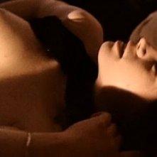 Una sensuale Maria Schneider in una delle scene più calde di Ultimo tango a Parigi