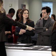 Caitlin Fitzgerald assegna i compiti a Leighton Meester e Penn Badgley in Damien Darko di Gossip Girl