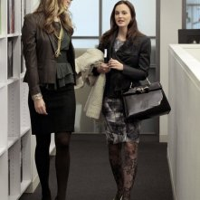 Epperly Lawrence (Caitlin Fitzgerald) e Blair (Leighton Meester) in corridoio nell'episodio Damien Darko di Gossip Girl