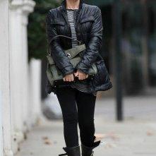 Kylie Minogue vestita da biker girl,  lascia la sua casa di Londra