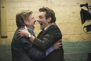 Timothy Spall e Michael Sheen in una scena del film Il maledetto United