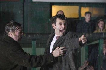 Timothy Spall e Michael Sheen in una sequenza del film Il maledetto United
