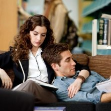 Anne Hathaway e Jake Gyllenhaal in una immagine di Amore ed altre droghe