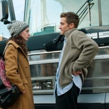 Anne Hathaway e Jake Gyllenhaal in una scena del film Love and Other Drugs