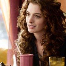Anne Hathaway nel film Amore ed altre droghe