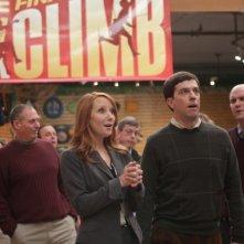 Anne Heche ed Ed Helms in una scena nel film Cedar Rapids