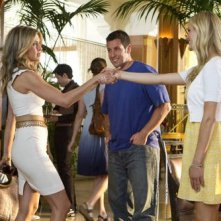 Jennifer Aniston, Adam Sandler e Brooklyn Decker in una scena del film Just Go With It
