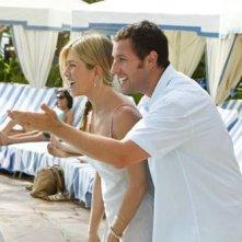 Jennifer Aniston e Adam Sandler nel film Just Go With It