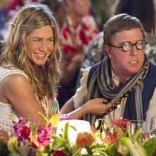 Jennifer Aniston e Nick Swardson in una scena del film Just Go With It