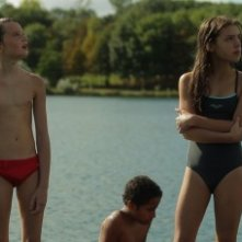Zoé Heran (in costume rosso) e Jeanne Disson (in costume intero) in una scena del film Tomboy, di Celine Sciamma