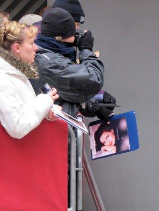 Berlino 2011, un gruppo di fan aspetta Isabella Rossellini