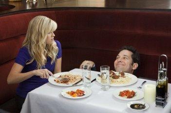 Reese Witherspoon e Paul Rudd in una divertente immagine della commedia Come lo sai