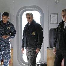 Scott Lawrence, Mark Harmon e Sean Murray nell'episodio A Man Walks Into a Bar... di NCIS