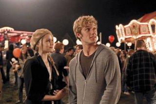 Dianna Agron e Alex Pettyfer in una scena del film Sono il numero quattro