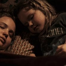 Ashlee Thompson con Jennifer Lawrence in una scena di Winter's Bone