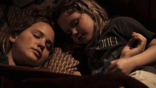 Ashlee Thompson con Jennifer Lawrence in una scena di Winter's Bone
