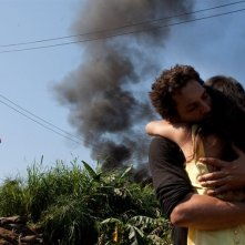 Tomer Sisley abbraccia Mamee Napakpapha Nakprasitte nel film Largo Winch 2