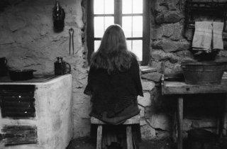 Erika Bok in una scena meditativa di The Turin Horse