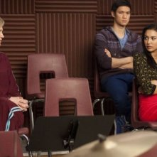 Jane Lynch, Naya Rivera, Harry Shum jr. e Ashley Fink in una scena dell'episodio Comeback di Glee