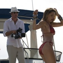 Jerry O'Connell con Kelly Brook nel film Piranha 3D