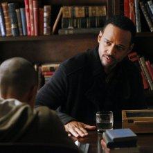 Il Dott. Jonas Martin (Randy J. Goodwin) parla con il figlio Luka (Bryton James) nell'episodio The Dinner Party di Vampire Diaries