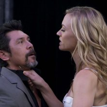 Sarah (Yvonne Strahovski) con un coltello alla gola di Augusto Gaez (Lou Diamond Phillips) in Chuck Versus the Cat Squad