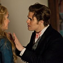 Stefan (Paul Wesley) parla con Lexi (Arielle Kebbel) nell'episodio The Dinner Party di Vampire Diaries