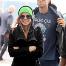 Un sorridente Avril Lavigne con il fidanzato Brody Jenner salutano Londra