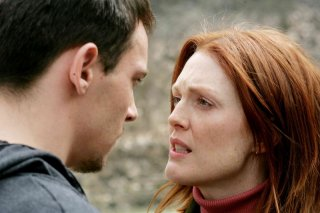 Julianne Moore e Jonathan Rhys Meyers in un'immagine del film Shelter
