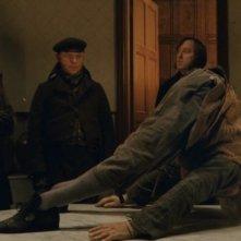 Andy Serkis e Simon Pegg con Tom Wilkinson in una scena del film Burke and Hare