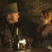 Isla Fisher e Simon Pegg in una scena del film Burke and Hare