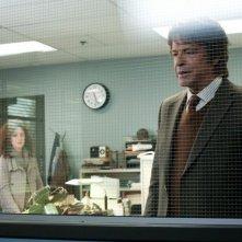 John Noble e Orla Brady, sullo sfondo, nell'episodio Subject 13 di Fringe