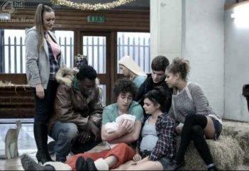 Misfits: Una scena di gruppo della stagione 2 della serie