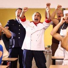 Nino Frassica in una scena con i detenuti in Cugino e Cugino