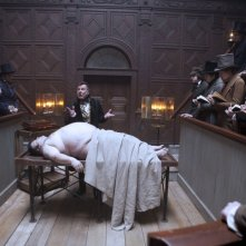 Tim Curry in una scena della dark comedy Burke and Hare