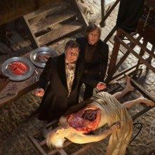 Tom Wilkinson in una esilarante scena della dark comedy Burke and Hare