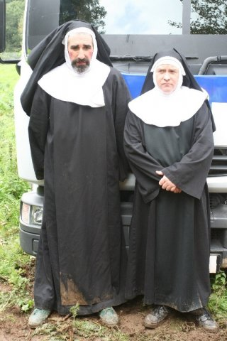 John Lynch e Cornelius Clarke nel film Holy Water
