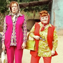 Linda Bassett e Lesley Nicol nel film West Is West