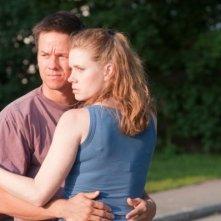 Mark Wahlberg ed Amy Adams in una scena del film The Fighter