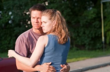 Mark Wahlberg ed Amy Adams in una scena del film The Fighter