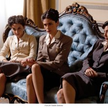 Federica De Cola, Anna Valle ed Alessandra Mastronardi in una scena della miniserie Atelier Fontana - Le sorelle della moda