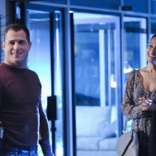 George Eads e Tracee Ellis Ross in All That Cremains di CSI: Scena del crimine