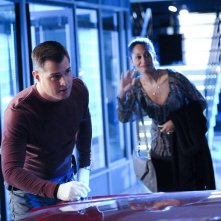 George Eads e Tracee Ellis Ross in un momento di All That Cremains di CSI: Scena del crimine
