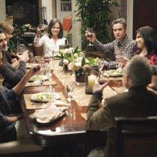 La famiglia Walker durante un brindisi nell'episodio Safe at Home di Brothers & Sisters