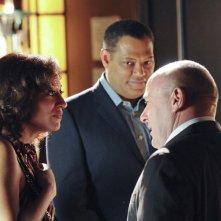 Laurence Fishburne e Tracee Ellis Ross in una scena dell'episodio All That Cremains di CSI: Scena del crimine