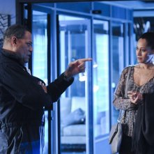 Laurence Fishburne e Tracee Ellis Ross nell'episodio All That Cremains di CSI: Scena del crimine